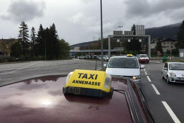 Les taxis de Haute-Savoie manifestent le 12 avril 2021 à la douane de Vallard.