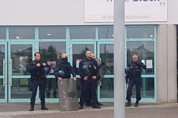 Les forces de l'ordre ont bloqué l'accès au lycée Marc Bloch
