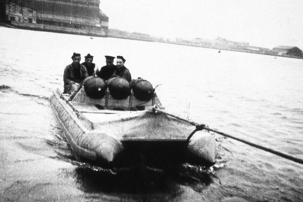 Le bateau pneumatique Zodiac utilisé pour transporter des torpilles