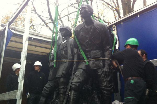 Les statues de bronze pèsent 14 tonnes.