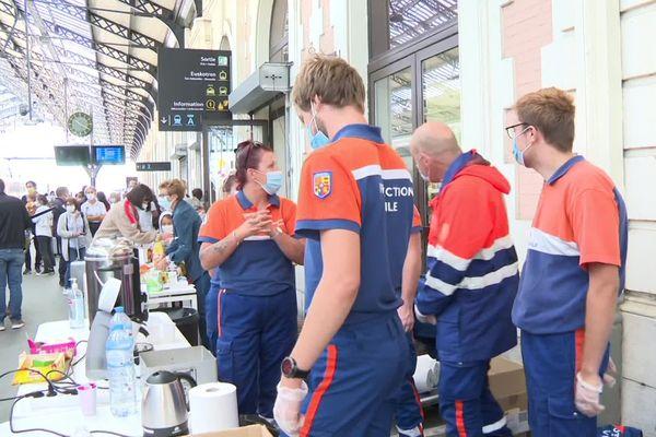 La sécurité civile et la croix-rouge proposaient un petit-déjeuner en gare d'Hendaye lundi matin aux passagers bloqués toute la nuit