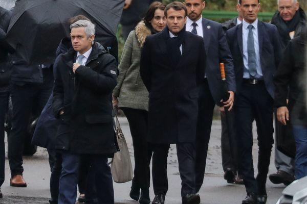 Lionel Lavergne, ouvre le chemin à Emmanuel Macron lors de sa visite, à Cozzano, le 4 avril 2019. Lionel Lavergne est alors chef du groupe de sécurité de la présidence de la République