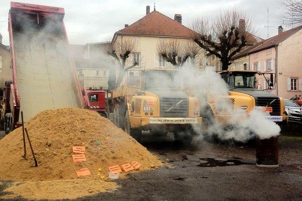 20 tonnes de sables déversés devant la mairie de Blâmont (54) vendredi 14 décembre 2012.