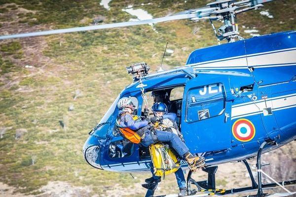 Dans le Cantal, le peloton de gendarmerie de montagne de Murat multiplie les entraînements avant la saison touristique, synonyme de hausse des accidents en montagne.