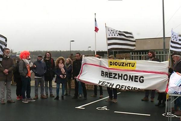 """Une vingtaine de militants d'Ai'ta ont montré leur mécontentement vis-à-vis """"de la réduction de la place de la langue bretonne"""" dans la politique menée par la Région."""