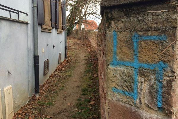 Une autre croix gammée a été retrouvée sur le mur d'enceinte du cimetière.