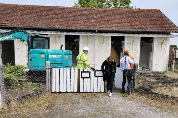 Des habitants assistent, attristés, à la démolition de l'école, qui fera place à une réalisation immobilière d'un promoteur, à quelques mètres de la plage à Lanton, Gironde