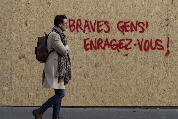 Alors que les manifestations des gilets jaunes rythment les week-ends parisiens depuis début décembre, les slogans se sont multipliés sur les murs de la capitale.