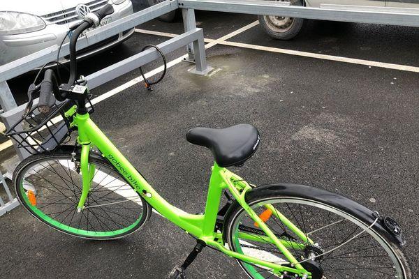 Un vélo Gobee.bike trouvé dans un centre commercial de Cormontreuil.