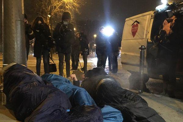 Aux abords de la gare d'Austerlitz, des élus ont passé la nuit dehors, pour sensibiliser à la situation des sans-abri.