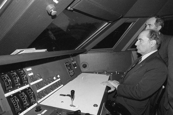 François Mitterrand dans la cabine du TGV, lors de son inauguration, le 22 septembre 1981.
