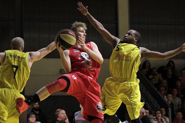 Saint Priest, le 1er avril 2017 - Basket N3M: ALSP (jaune) recoit Lons le Saunier (rouge) au gymnase Leon Perrier.