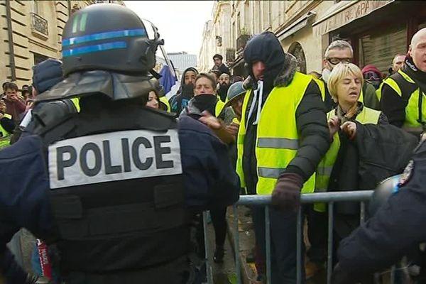 Les Gilets jaunes face aux forces de l'ordre près de la place de l'hôtel de ville à Bordeaux.