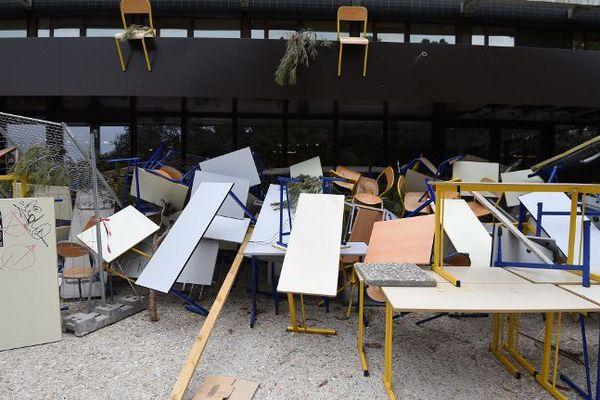 Devant les salles de l'université Paul Valéry à Montpellier, les tables et les chaises s'entassent.
