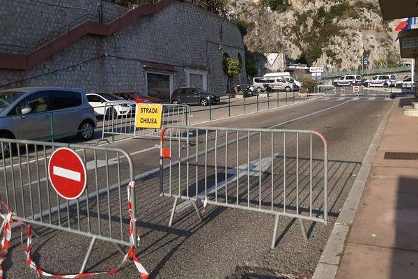 C'est au poste-frontière Saint-Louis de Menton -désormais fermé- que les migrants refoulés par la PAF française sont remis aux autorités italiennes.