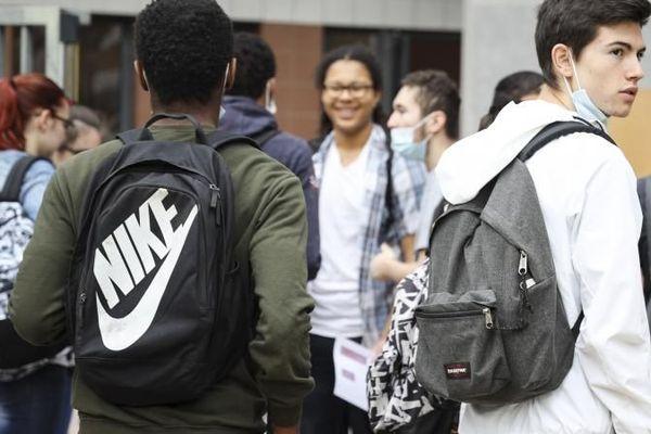 Des lycéens retournent en classe à Nice, le 8 juin 2020. (ARIE BOTBOL / HANS LUCAS)