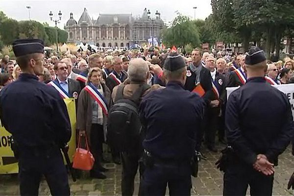 Les maires rassemblés devant la préfecture à Lille ce samedi matin.