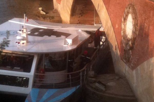Le BatCub contre le pont de pierre avec 38 personnes à son bord (08/07/2013)