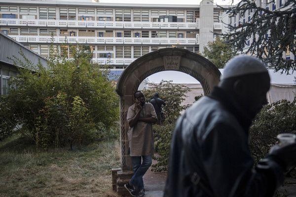Des migrants attendent devant le bâtiment de l'Agence nationale pour la formation professionnelle des adultes (Afpa) à Montreuil (Seine-Saint-Denis), le 26 septembre 2018.