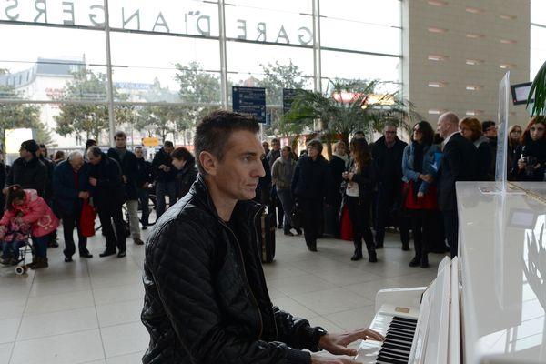 En gare d'Angers Saint-Laud bientôt nous n'aurons plus le temps d'écouter le piano, rivés sur notre smartphone.