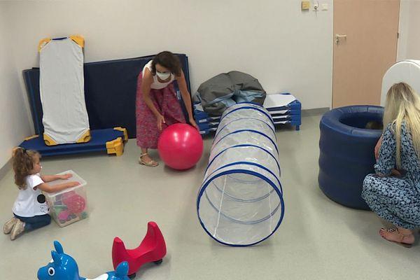 Les enfants travaillent en atelier, et cette stimulation est importante pour la motricité.