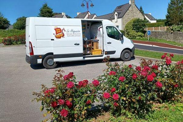 Le camion épicerie ambulante La Hagaise de Claire Hamel dans le Nord Cotentin (Manche)
