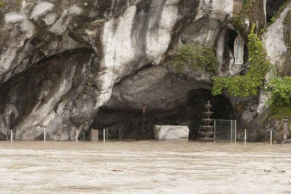 Les eaux du Gave ont envahi la grotte de Lourdes