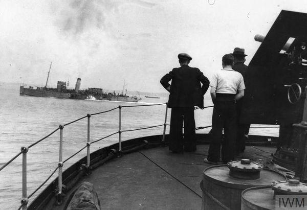 Un paddle steamer (bateau à vapeur à roues à aubes), photographié depuis un autre vaisseau le 2 juin 1940, alors qu'il rentre de Dunkerque et regagne un port de la côte est anglaise.