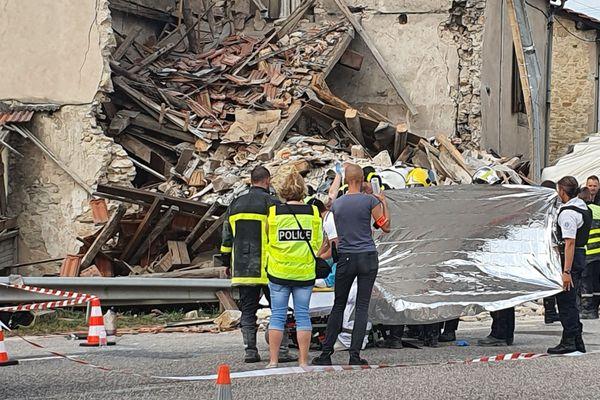 Une trentaine de pompiers sont sur place à Lunéville pour extraire des décombres le conducteur du camion.
