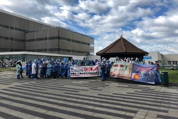 Manifestation des infirmiers anesthésistes à Grenoble ce lundi matin.