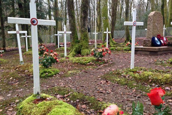 Le cimetière franco-britannique de Coeuzon dans la forêt du Morvan où sont enterrés des résistants du maquis Bernard et des parachutistes britanniques venus leur prêter main forte.