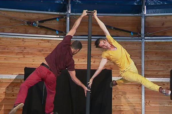"""La compagnie Daraomaï présente son spectacle à la 17e édition du festival """"Le Mans fait son cirque"""". Il pointe du doigt l'absurdité de notre rapport aux autres."""