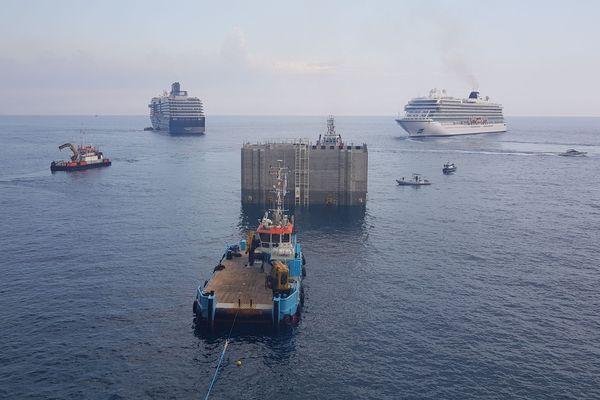 Le premier caisson de l'extension en mer arrive dans le port de Monaco.