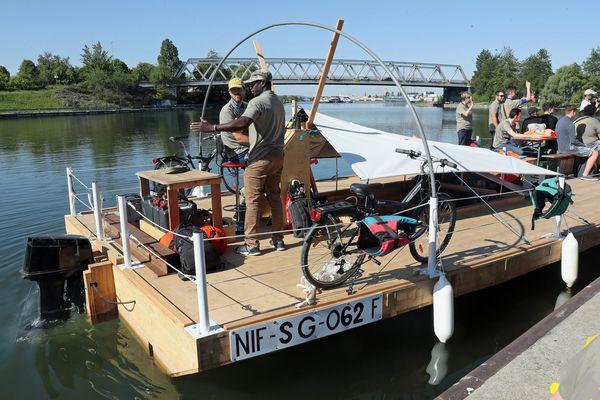 Le bateau Utopia House lors de son départ à Mulhouse