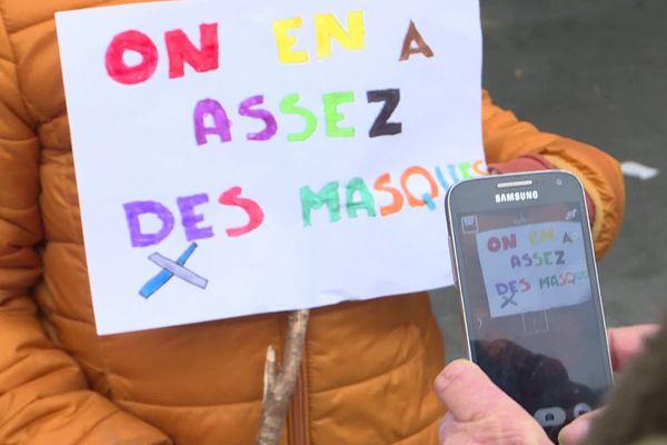 Pancarte de manifestants anti-masque réunis sur la place du Théâtre, samedi après-midi 14 novembre 2020.
