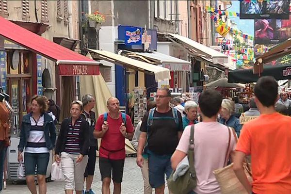 Les rues de Barcelonnette colorées et très fréquentées par les touristes.