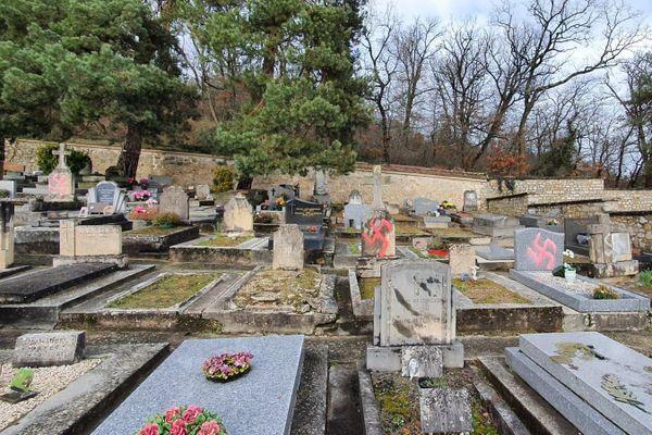Plus de soixante tombes ont été taguées au cimetière de Fontainebleau. - Twitter/@fredvalletoux