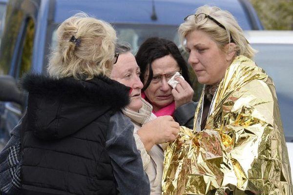Des gens viennent en aide à une survivante du terrible accident de Puisseguin.