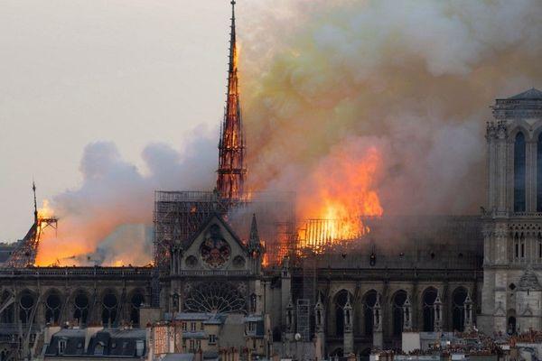 L'horloge se trouvait sous la flèche qui a entièrement brûlée lors de l'incendie, le 15 avril.