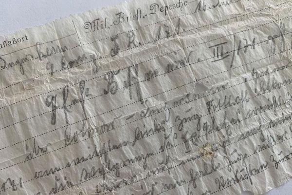 Le message, écrit sur un papier calque, a été très bien conservé pendant ses 110 ans de perte.