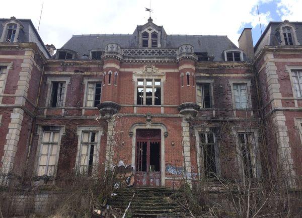 Dans l'Allier : un château abandonné, mais toujours visité, notamment par les adeptes de l'airsoft, des jeux de guerre avec des armes factices.