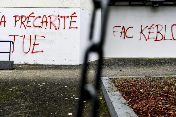 Les murs de la fac de Lyon : mobilisation des étudiants en soutient à leur camarade qui s'est immolé par le feu à Lyon le 8 novembre 2019.