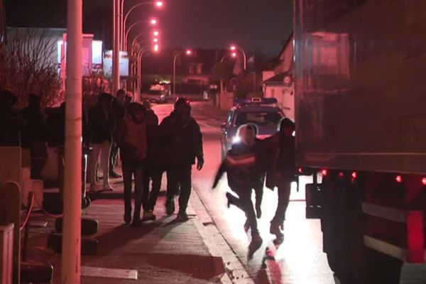 La scène se reproduit chaque soir : au prix de risques insensés, de jeunes migrants courent derrière les camions qui embarquent vers l'Angleterre