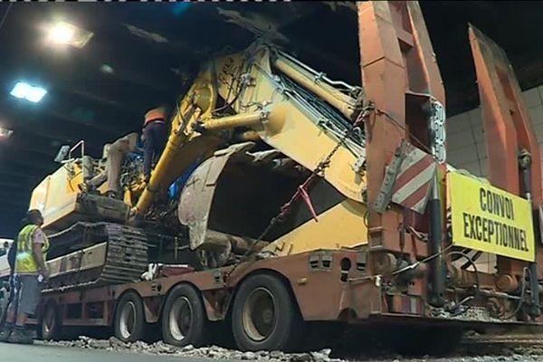 Le camion, qui transportait une pelleteuse, est resté immobilisé sous le tunnel de Fourvière.