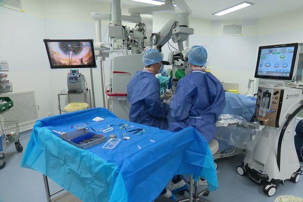 Les opérations reprennent progressivement au CHU de Saint-Etienne, en ambulatoire seulement dans un premier temps. Ici, c'est une opération de la cataracte qui a lieu dans cet hôpital de la Loire. 14/12/20