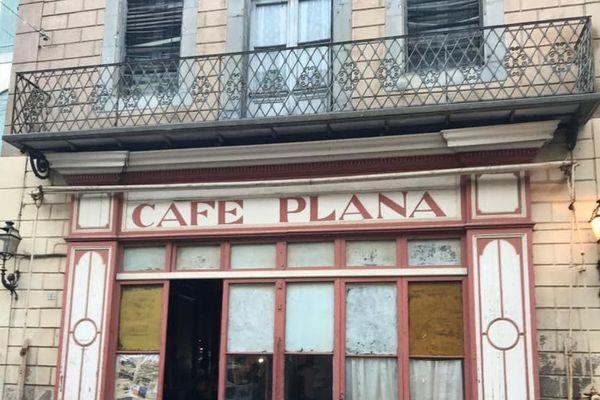 La devanture du café Plana à Olonzac.