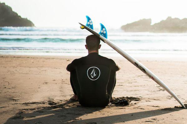 Les surfeurs fixés aujourd'hui ou demain pour retrouver l'océan.
