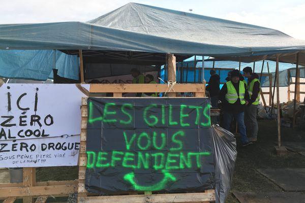A la barrière de péage de Gerzat, près de Clermont-Ferrand, les gilets jaunes ont installé un campement.