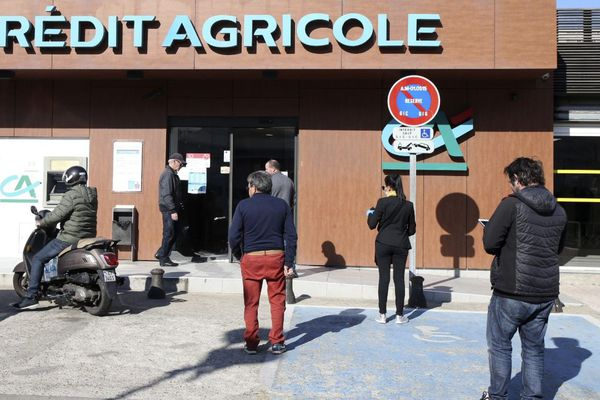 La file d'attente devant le Crédit agricole du quartier des Salines à Ajaccio, le 4 avril.