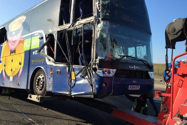 Un bus accidenté sur l'autoroute A1, près de l'aéroport Roissy-Charles-de-Gaulle.